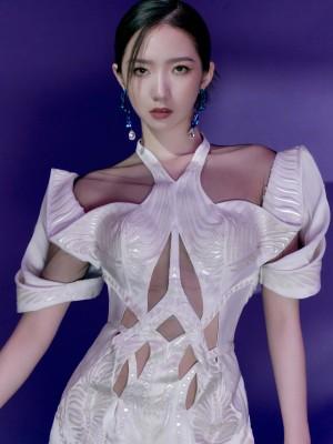 孟美岐白色镂空连体套装科幻感酷美写真