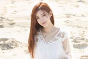 白色短裙丰满美女海边性感写真