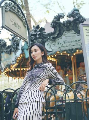 娄艺潇游乐园时尚写真图片