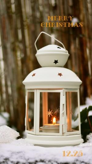 圣诞雪地里的蜡烛