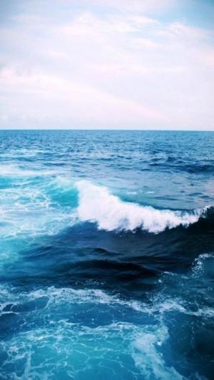 蔚蓝大海卷起白白的浪花