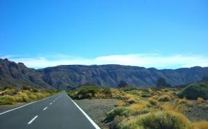 笔直宽阔的公路风景日历壁纸