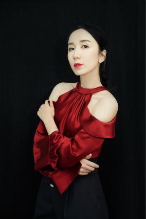 娄艺潇红黑造型大秀锁骨优雅知性最新品牌活动照