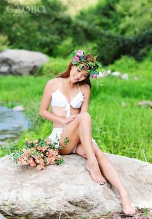 魅力性感花仙子性感草地上的可爱