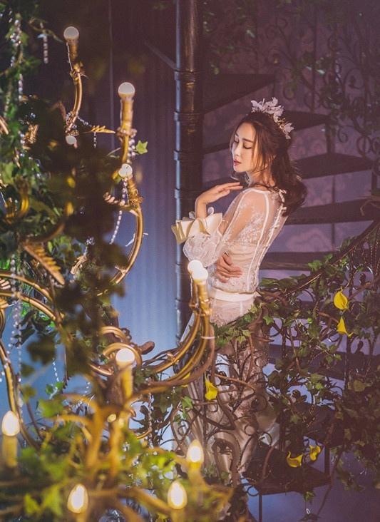 杜若溪白裙傍身气质妩媚 宛如丛林仙子写真