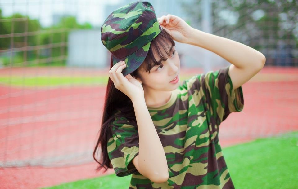清纯漂亮的军训美女率性时尚写真