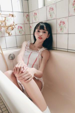 网红性感美女林小宅浴缸湿身美肌香肩长腿诱惑时尚写真