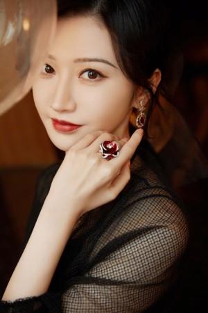 景甜黑纱百花刺绣礼服优雅动人写真图片