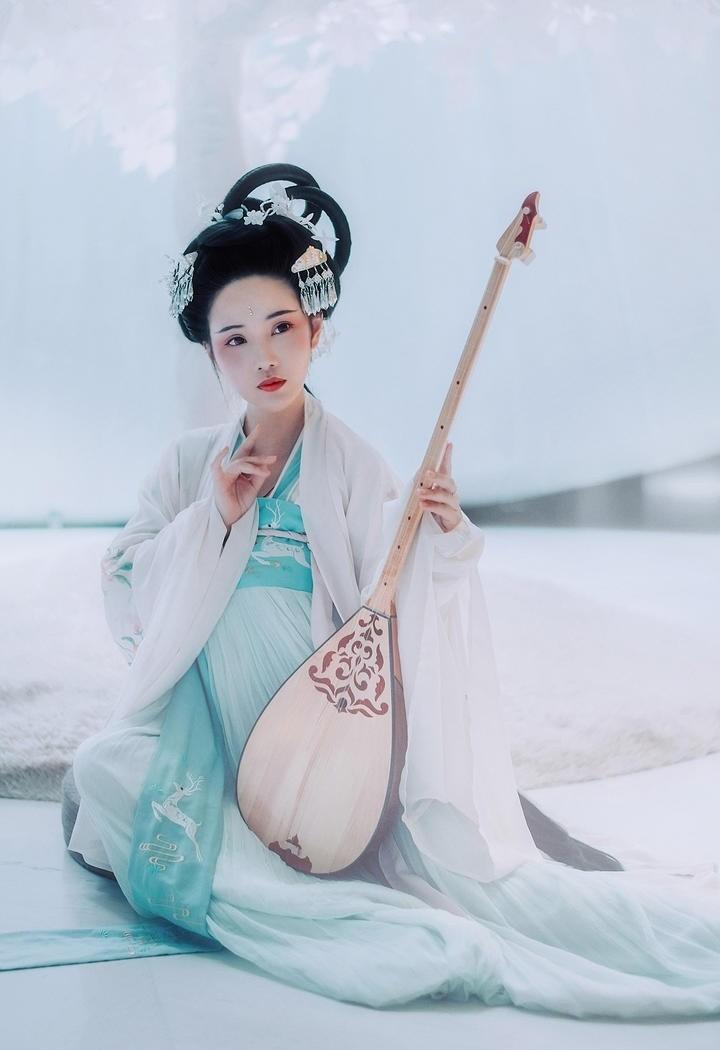 白色树下清新古典古装美女图片