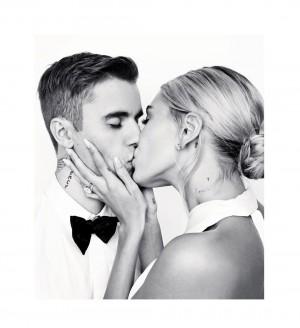 Hailey Bieber婚礼现场的婚纱照