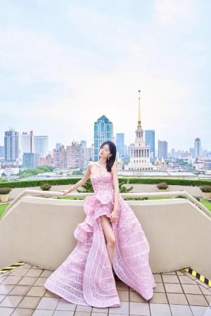 乔欣粉色亮面闪钻裙优雅清甜活动照图片