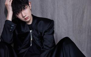 王源新发型黑衣酷帅舞台写真桌面壁纸