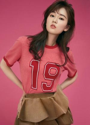 乔欣清秀妆容粉嫩造型蓬松长发少女系夏日写真图片