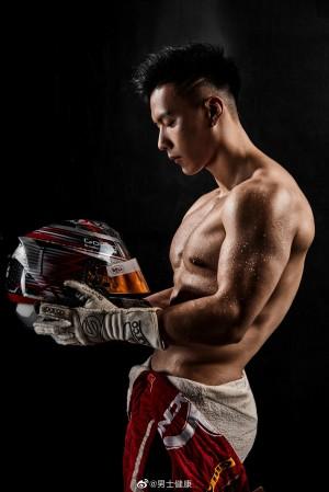 谢梓秋摄影颜值与身材俱佳的赛车手刘泽煊