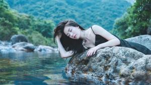 溪水旁的性感女孩