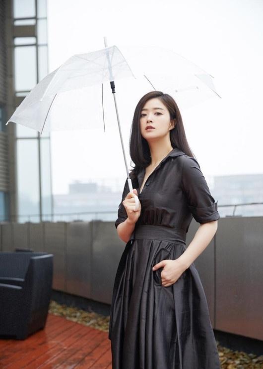蒋欣黑色长裙性感优雅撩人写真