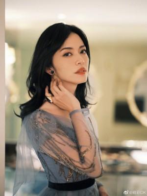 姚晨蓝色流金纱裙优雅俏皮写真图片