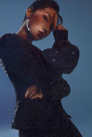 菅纫姿个性气质时尚写真图片