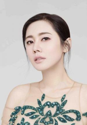秋瓷炫唯美纯净婚纱时尚大片露出甜蜜微笑
