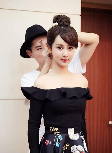美女杨紫穿黑色紧身衣容貌轻熟