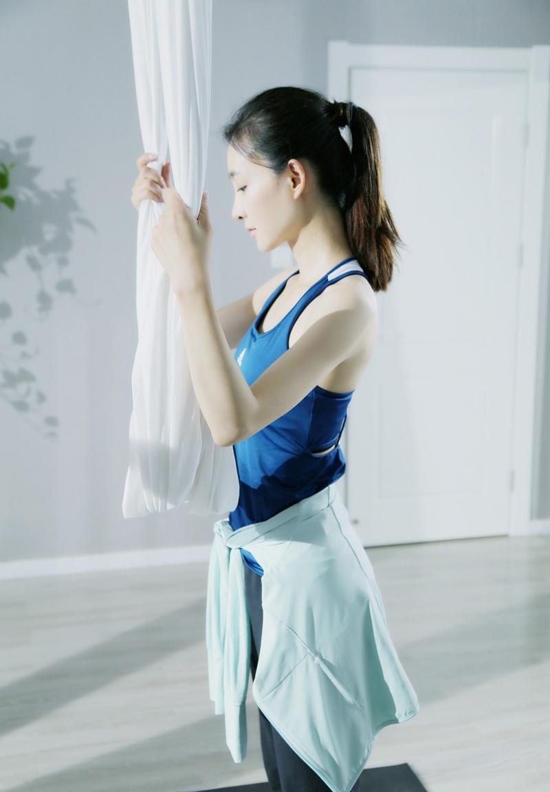 王丽坤空中瑜伽展柔韧度健身照写真曝光