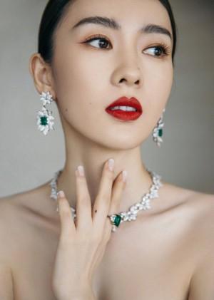 童瑶墨绿色丝绸抹胸长裙落落大方活动照图片