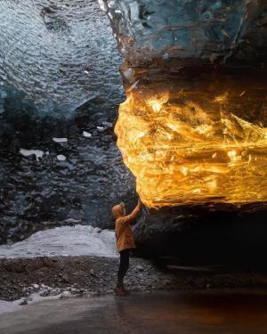 夕阳把冰岩变得仿佛琥珀