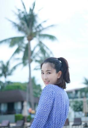 马苏清新甜美v领连衣裙性感旅拍图片
