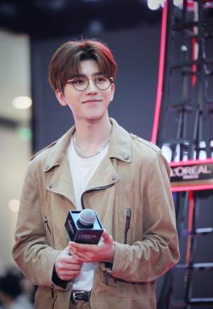青年偶像蔡徐坤带眼镜温文尔雅高清图片
