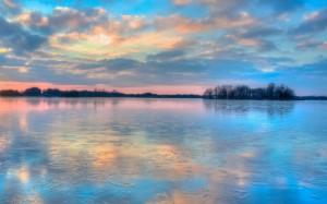 碧蓝平静的湖水倒影优美自然景色