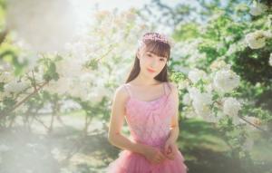 粉嫩美少女公主蓬蓬裙皇冠漫步花间唯美写真图片