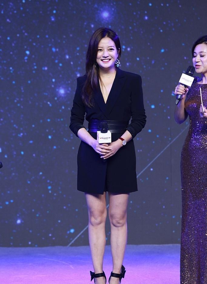 41岁赵薇穿OL黑裙亮相 化身霸道女总裁气势十足写真