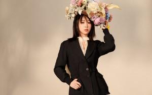 杨紫鲜花草帽甜美高清桌面壁纸