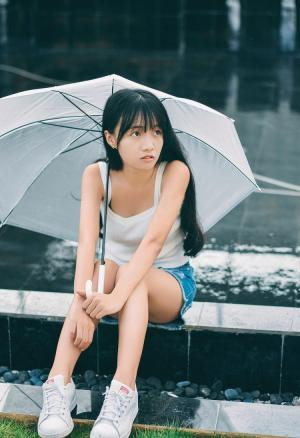 等雨打伞的青春美少女清纯唯美