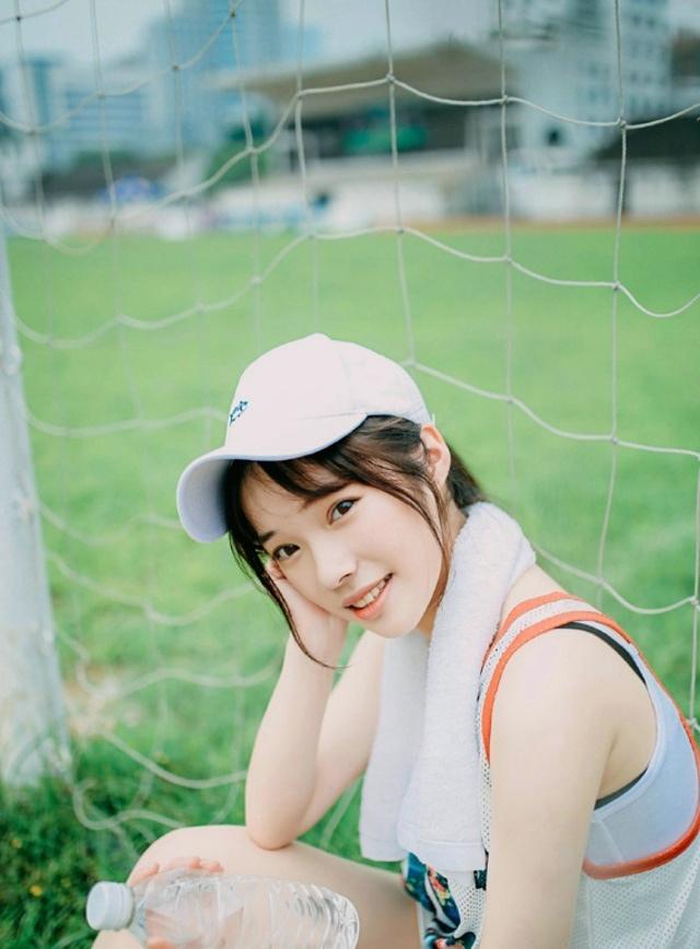 清新美女棒球帽阳光操场上笑容可人