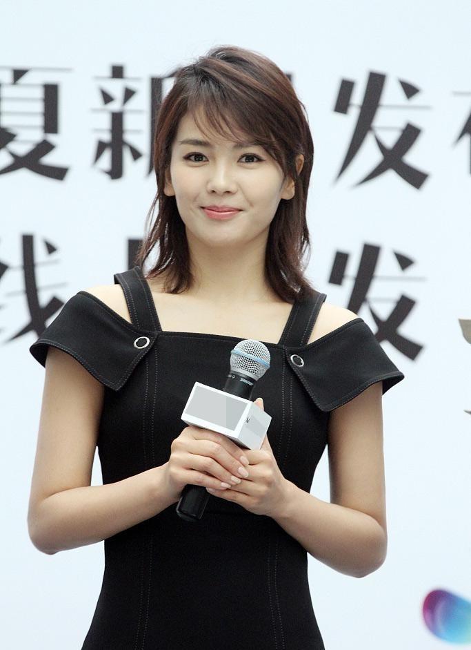 刘涛黑色露肩裙装优雅知性不失俏皮写真