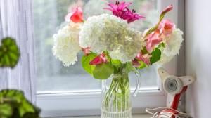 花瓶里艳丽的花朵