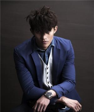 李子峰身穿蓝色西服,蓬乱的发型加上幽深的眼神,化身梦幻贵公子