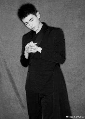 陈飞宇西装帅气黑白写真