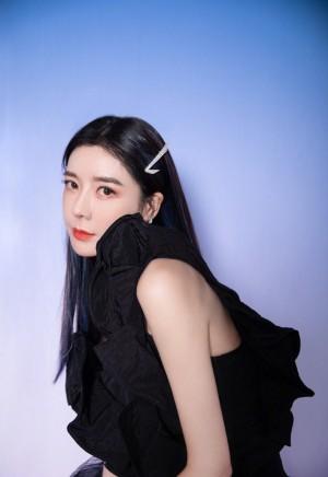 周韦彤黑蝴蝶裙妩媚写真图片
