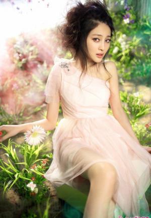 很梦幻的如天使般的时尚女孩