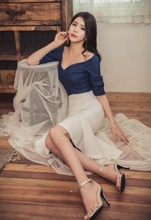 高跟美腿地板上美女时尚性感娇艳图片