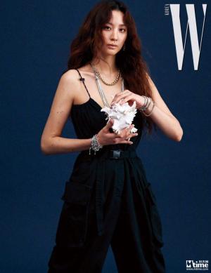 韩国女明星秀贤韩版《W》2019年3月刊拍摄杂志写真