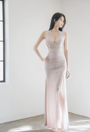 时尚美女酥胸美腿裸色礼服性感图片