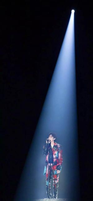 抖音上很火的王源演唱会一束光