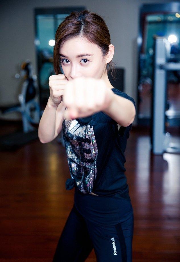 袁姗姗健身房里翘臀踢腿超专业写真