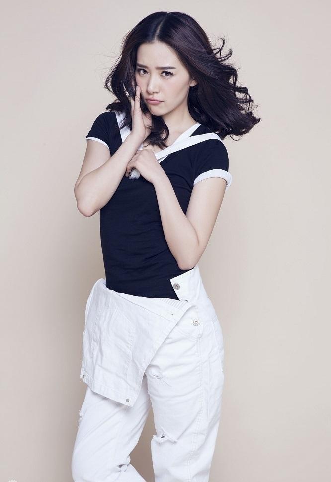 阚清子白色背带裤俏皮可爱萝莉风写真