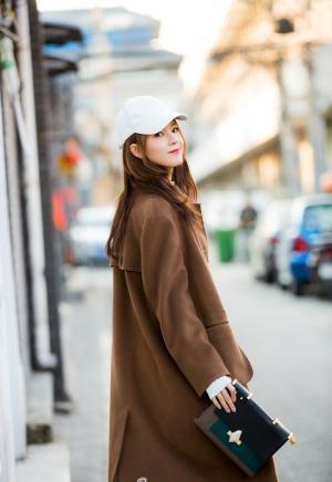 陈瑶焦糖色大衣配鸭舌帽混搭风街拍图片