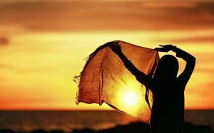 太阳初升拥抱迎接温暖阳光图片壁纸