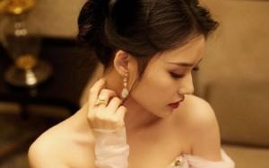 林允粉色纱裙优雅写真桌面壁纸